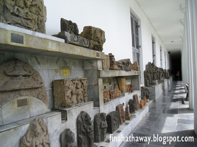 dan patung dewa-dewa Hindu yang sangat diyakini pada masa itu