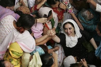 [capt.e86f702351d246829c7c155b28094cbd.pakistan_bhutto_blast_tok114]