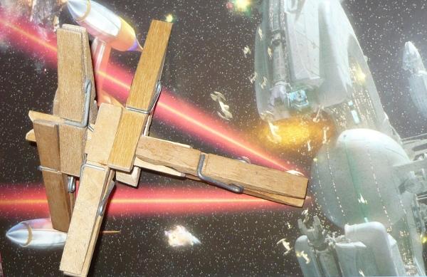 X-Wing Fighter hecho con pinzas de tender la ropa - 2