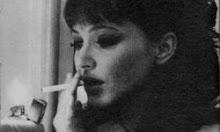 Café... pensar... cigarro... solidão.