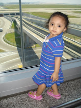 Auni memakai Gown Polo Biru...