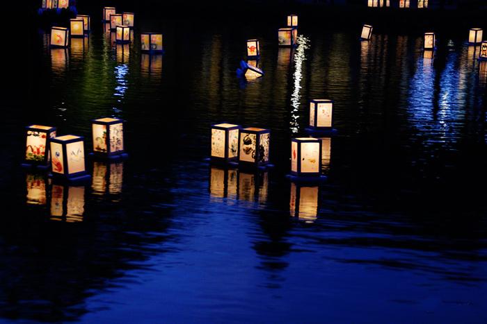 Бумажные фонарики на воде в Японии
