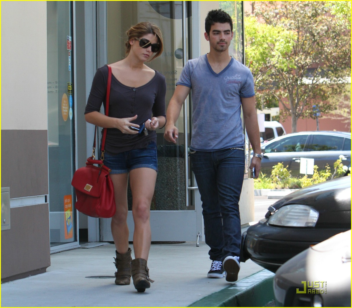 http://4.bp.blogspot.com/_MKl4HXmDmys/TGGmTExo5PI/AAAAAAAAEHQ/qezc_rcvLuU/s1600/ashley-greene-joe-jonas-coffee-01.jpg
