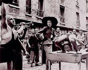 Elise Daniels con artistas callejeros en Le Marais, Paris (Foto de Richard Avedon)