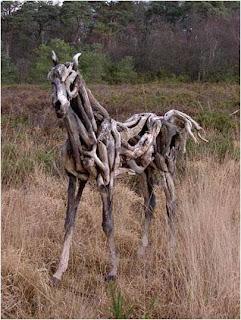 Cavalo de madeira no campo