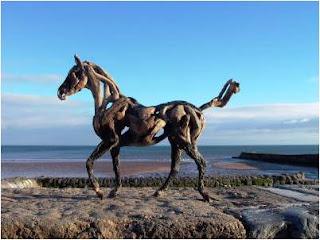Cavalo de madeira nas rochas