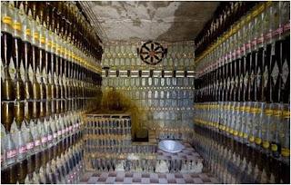 Sala feita com garrafas de vidro