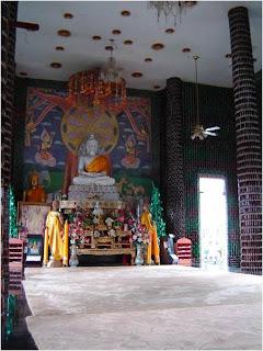 Fotos do Templo tailandês construído com garrafas de vidro