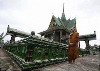 Monge Budista no Templo