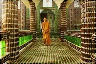 Colunas feitas com garrafas de vidro - Templo Budista
