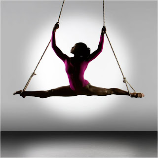 Bailarina em espargata nas cordas