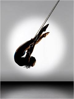 Bailarina suspensa na corda em pose artística
