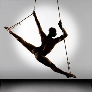 Bailarino em espargata nas cordas