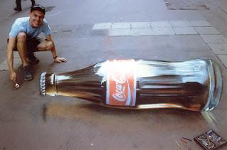 Desenho garrafa coca cola - Desenhos tridimensionais na calçada - Giz - Julian Beever