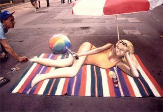 Desenho mulher em fato de banho - Desenhos tridimensionais na calçada - Giz - Julian Beever