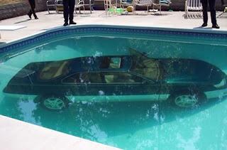Carro cai dentro da piscina