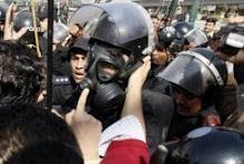 El Cairo: El Ejército en las calles reprime a miles de manifestantes. Se anunció el toque de queda