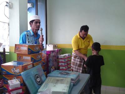 lawatan kerumah anak yatim pelarian rohingya Penyampaian+hadiah+2