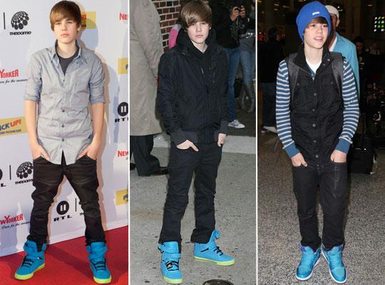 a0628f22dbe Tênis azul bem vivo também estão entre os preferidos do Justin. Ele combina  com peças em outros tons de azul