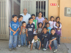 Los niños junto al Pastor