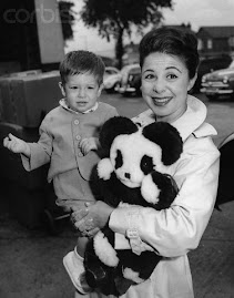 AQUI JUNTO A SU HIJO DAVID EN EL AEROPUERTO DE LONDRES EN 1961
