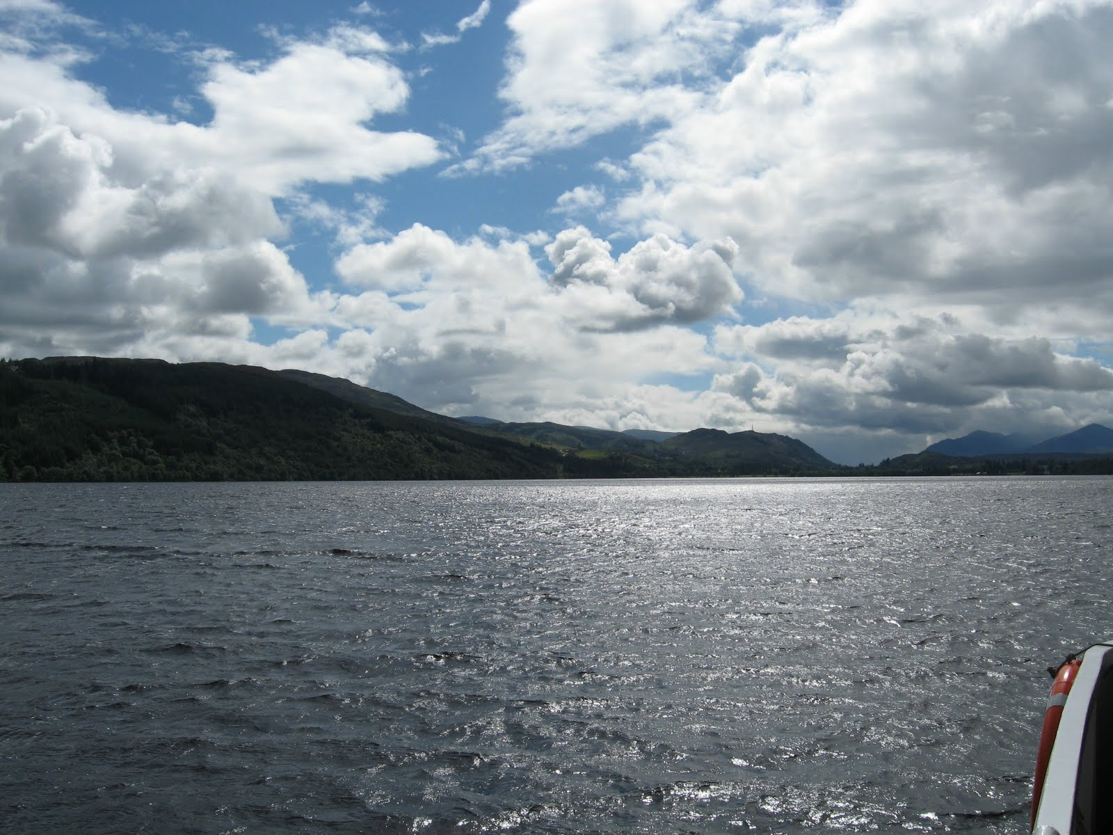 http://4.bp.blogspot.com/_MXaWDgypCas/THHzN6RZ_SI/AAAAAAAAB9Y/rHJF530kv-8/s1600/loch+ness+and+a+ripple+could+be+Nessie!.jpg