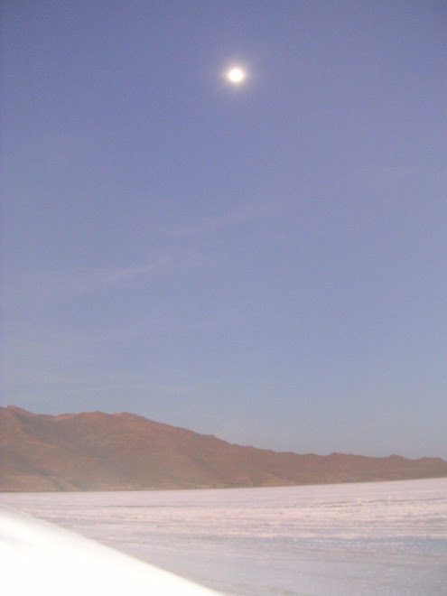 La Lune encore bien présente le matin au Salar