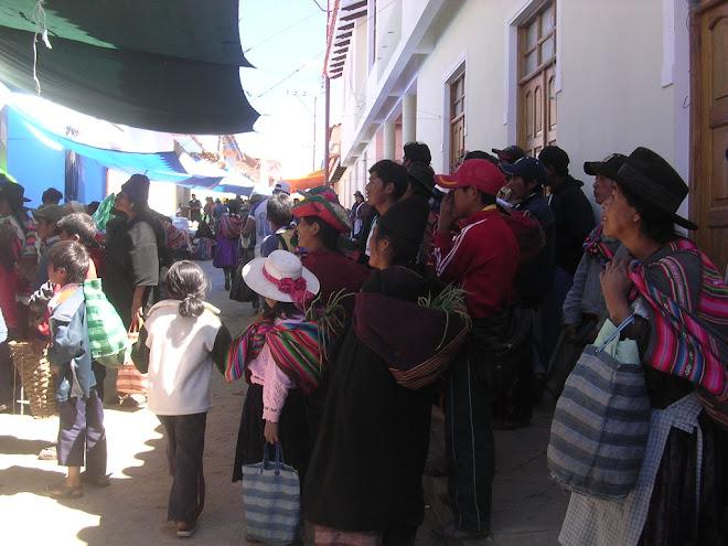 Les Boliviens regardent la télé (village Tarabuco)
