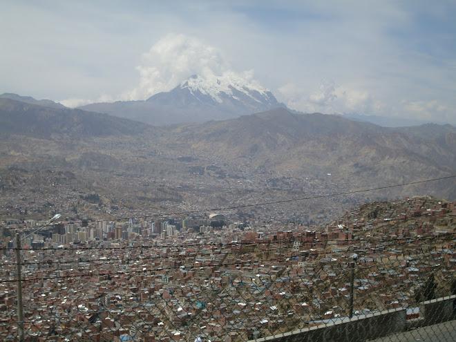 Le Nevado Illimani surplombant La Paz
