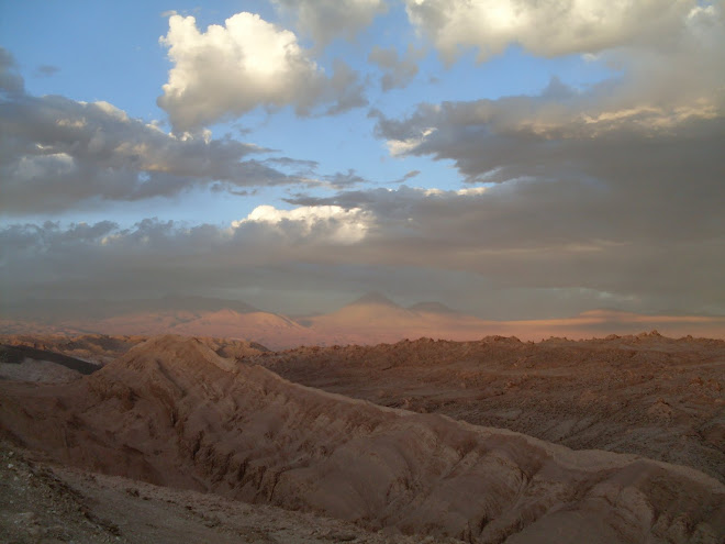 Atacama et le volcan Licancabur en toile de fond...