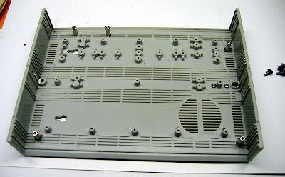 Нижняя половинка корпуса с установленными стойками М3 под крепление материнской платы. Перед установкой стоек, все лишние выступы были удалены.