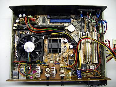 Плата установлена в нижнюю часть корпуса, вентиляторы подключены через плату регуляторов.