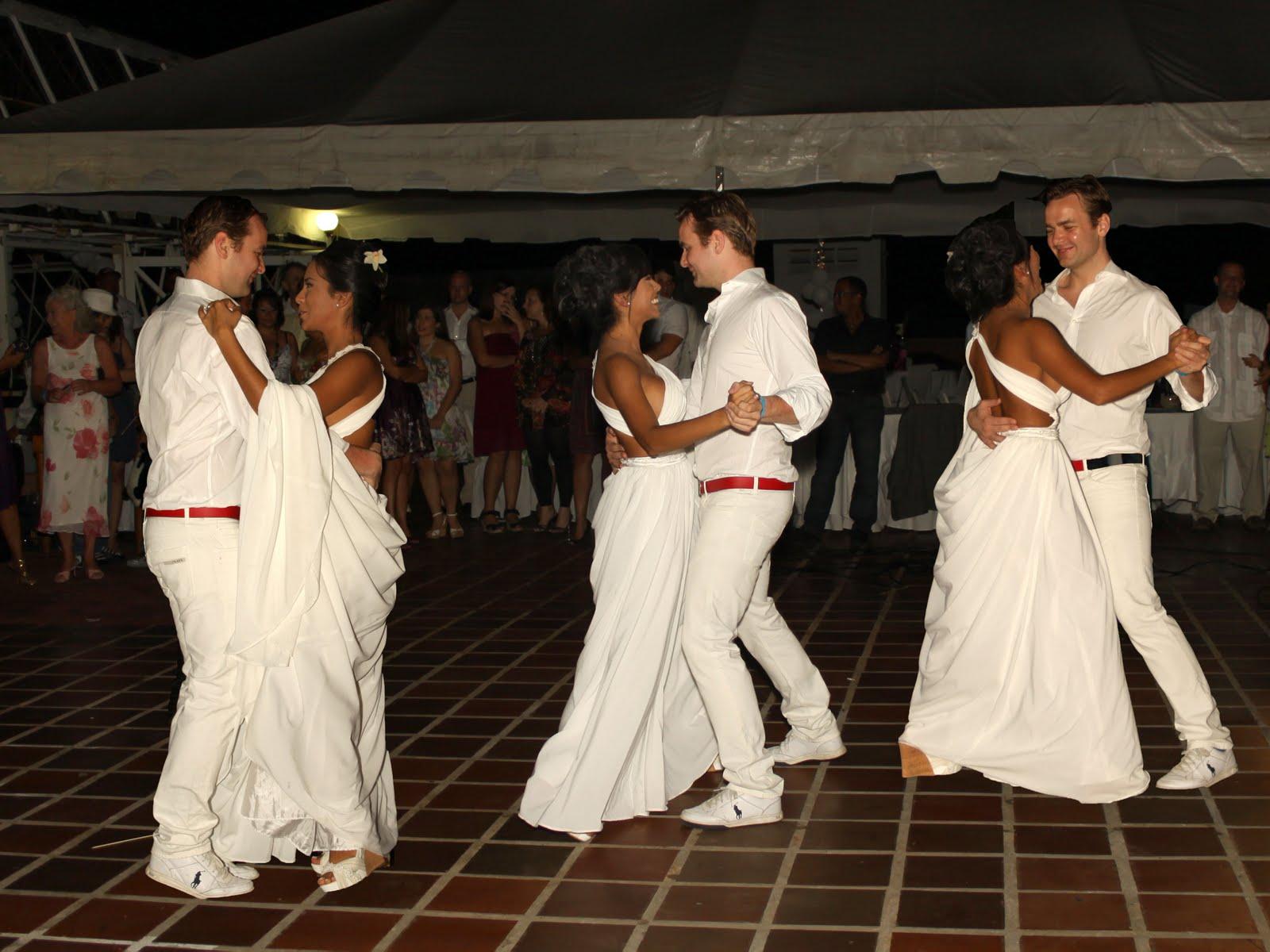 Para estas sesiones de bodas, nos trasladamos a la orilla de la playa en tucacas; Venezuela, un bello escenario natural en donde se celebró el evento.