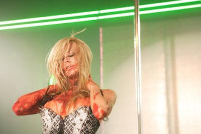 Jenna deleitandose bailando... cubierta de sangre.