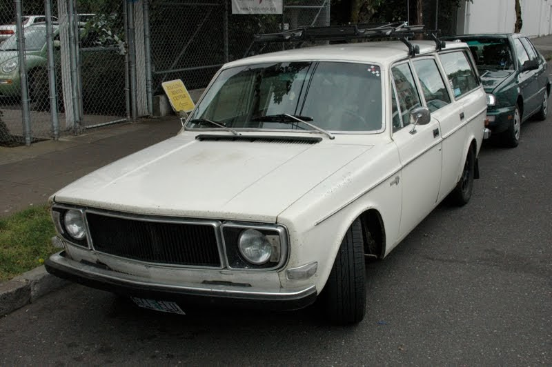 OLD PARKED CARS.: 1972 Volvo 145E.