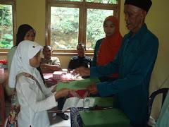 Santri madrasah menerima ijazah dari Kepala Sekolah