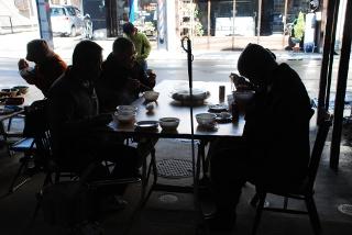 食事している写真