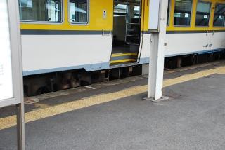 列車の傍にある点字ブロックの写真