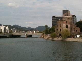 元安橋からみた原爆ドームの写真