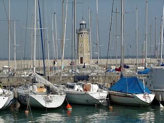 lo splendido scenario del lago di Garda e della città di Desenzano del Garda