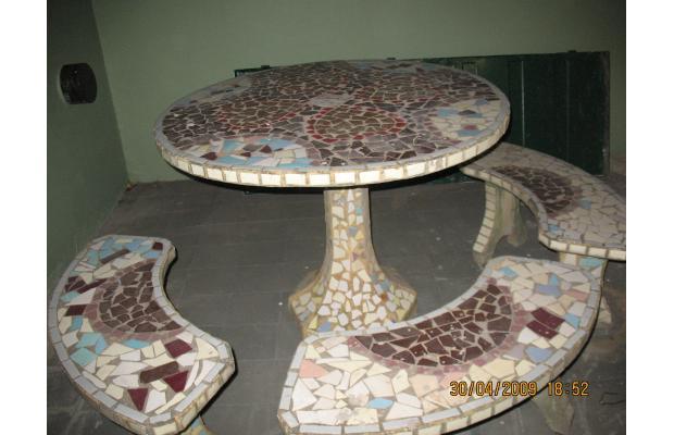 Hiper kitsch mesa de jard n de cemento y azulejos - Mesas de azulejos ...