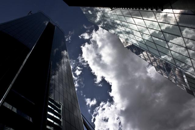 edificio con el cielo