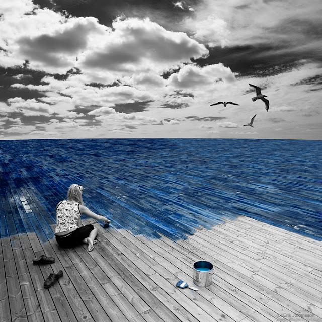 mujer pintando el mar