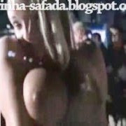 (video) Safadinhas na festa mostrando os peitos e se alisando