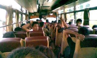 menggunakan bus