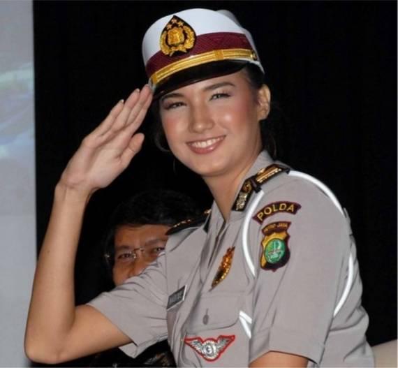 Những nữ cảnh sát dũng cảm xinh đẹp của các nước World%27s+Most+Bravest+Uniformed+Ladies+19