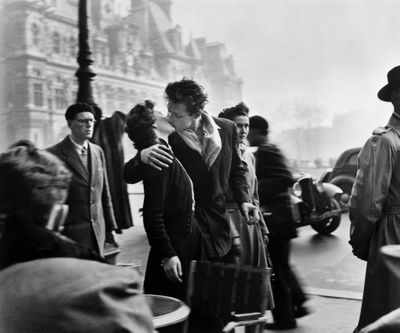 1950s French couple kissing in Paris.