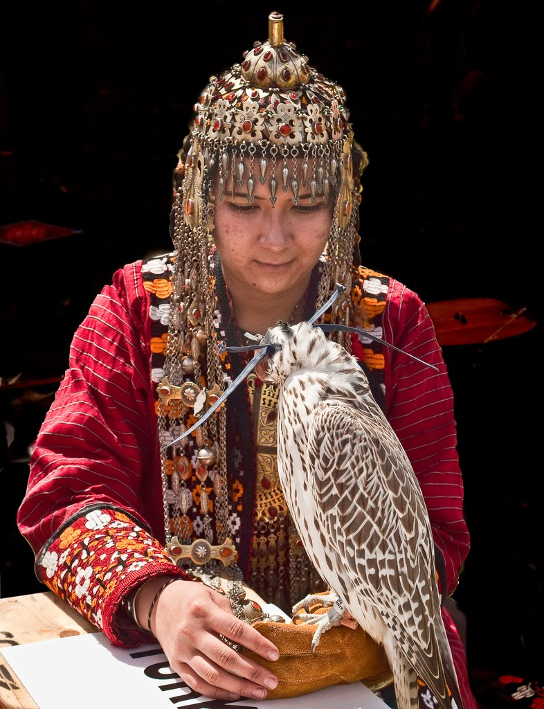 falcon women When she saw a duck get taken down by a falcon, this woman stepped in to stop it things ended badly when the falcon turned out to be someone's pet.