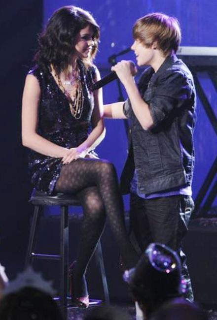 justin bieber and selena gomez kissing on the lips for real pictures. justin bieber and selena gomez
