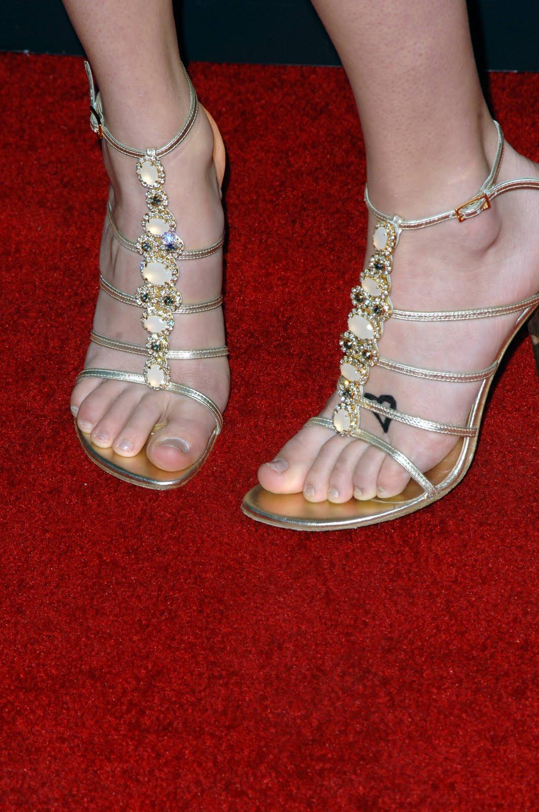 http://4.bp.blogspot.com/_N2u0bdQDNIg/TMJpEpcJoSI/AAAAAAAABTc/fWZjGnHoIKA/s1600/Taylor-Swift-Feet-33679.jpg